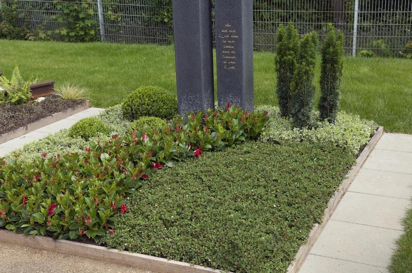 pflegeleichte grabbepflanzungen im sommer beispiele tipps. Black Bedroom Furniture Sets. Home Design Ideas
